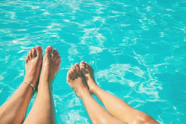 海沿いの家族の足。セレクティブフォーカス。自然。 Premium写真