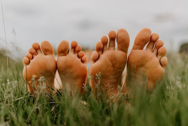 男と女の足草の上に男と女の足