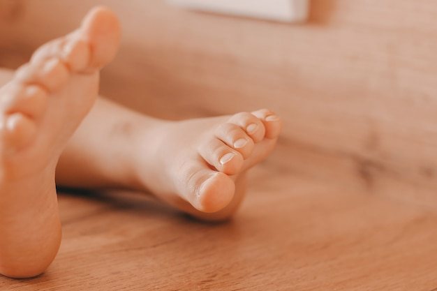 단단한 나무 배경 발가락에 작은 아이의 발