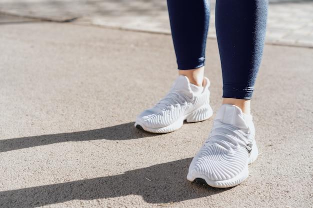 달리기를 위해 운동복과 운동화를 입은 여성의 발