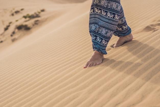 사막에있는 여자의 발