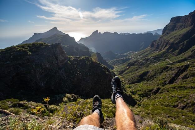 カナリア諸島、テネリフェ島のマスカの視点での若い男の足。スペイン