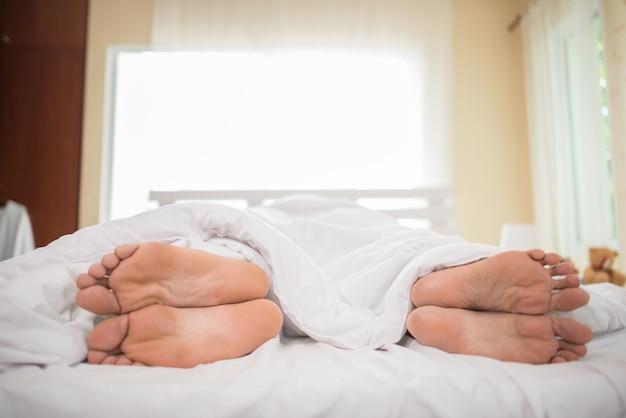 夫婦の足が互いに向かい合っている。