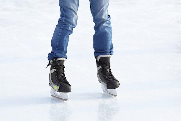 아이스 링크에서 스케이트를 타는 사람들의 발