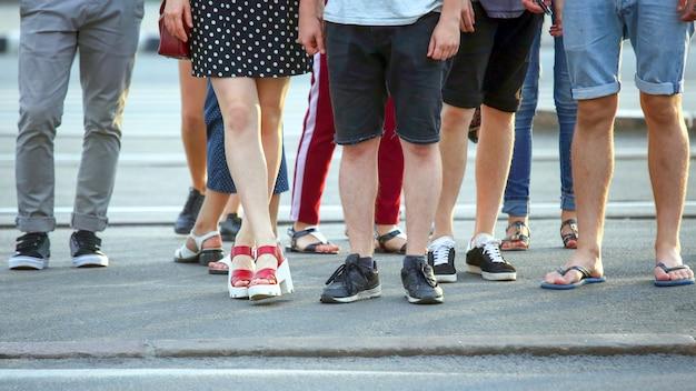 도로에서 초록불을 기다리는 사람들의 발