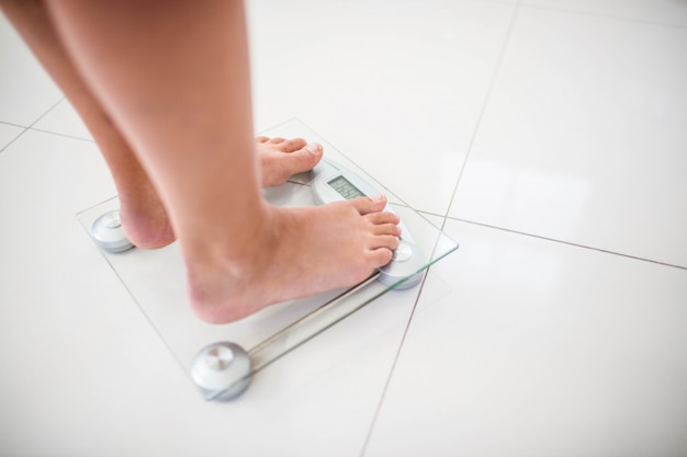 Ноги женщины на весах дома