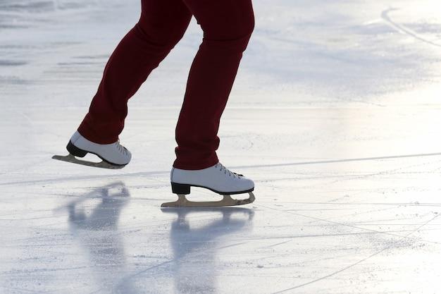 아이스 링크에서 구르는 사람의 스케이트에 발