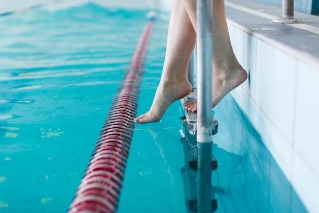 スイミングプールでさわやかな足