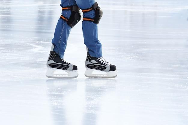 스케이트에 압 연 발 아이스 링크에서 남자