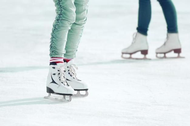 아이스링크에서 스케이트를 타는 발. 휴가 취미 및 스포츠