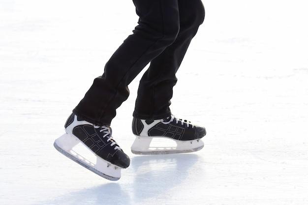 아이스 링크에서 스케이트를 타는 발