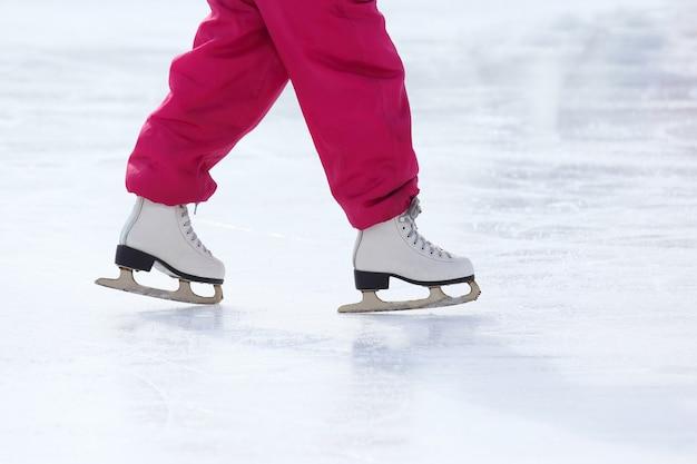 Ноги на коньках на катке