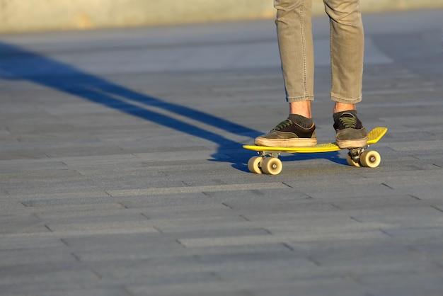 市内の足の十代のスケートボード