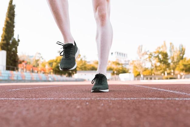 Ноги в кроссовках на беговой дорожке