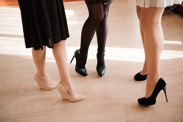 女性のファッション、セクシーな女性のfeetsを閉じる