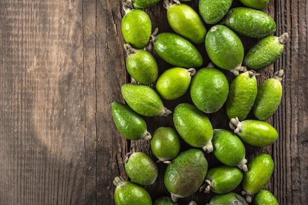 Плоды фейхоа на деревянных фоне Premium Фотографии