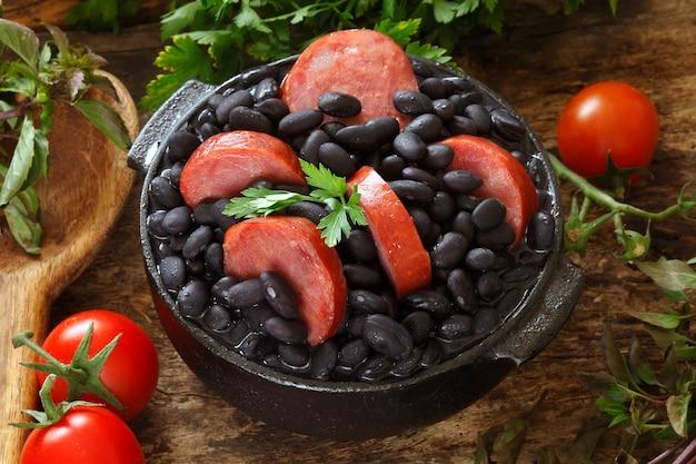 Фейжоада, рагу из бобов с говядиной и свининой, типичное бразильское блюдо, придуманное рабами в бразилии.