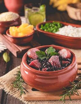Фейжоада (тушеная фасоль) - традиционная бразильская еда (сухая говядина, капуста, апельсин, рис, фасоль)