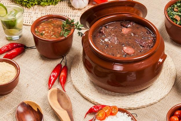 Фейжоада, традиция бразильской кухни.