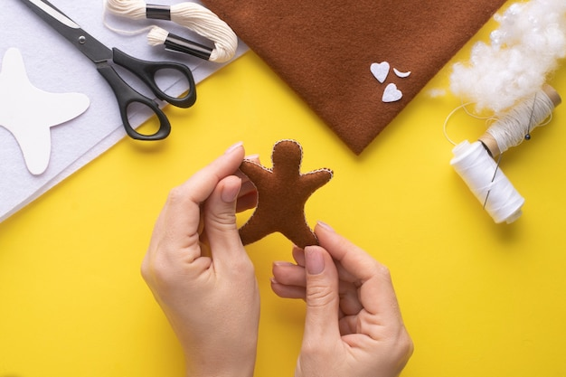 Felt christmas gingerbread man. step-by-step manufacturing instructions. step 7.