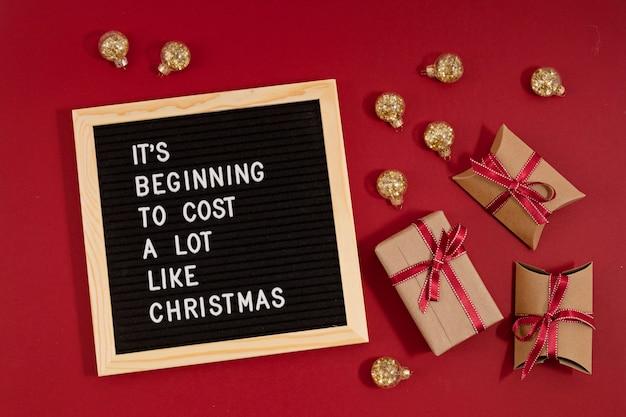 재미있는 인용문이있는 펠트 문자판 크리스마스처럼 많은 비용이 들기 시작했습니다. 비싼 크리스마스 선물 개념에 돈을 지출