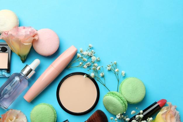 Женские аксессуары и миндальное печенье на синем фоне