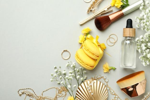 Женские аксессуары и миндальное печенье на светло-сером фоне