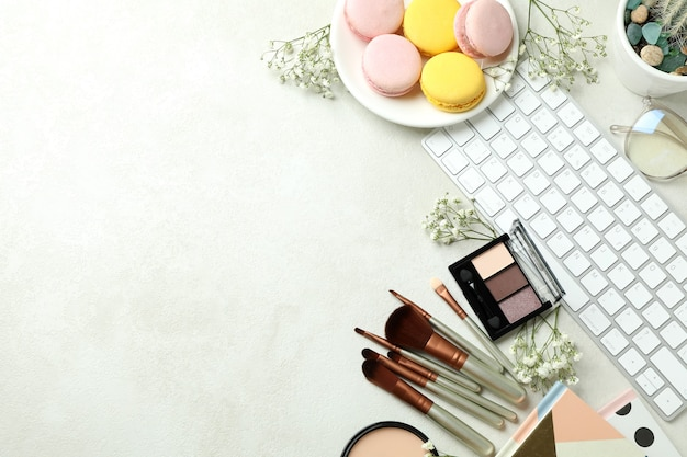 Женские аксессуары и миндальное печенье на белом текстурированном фоне