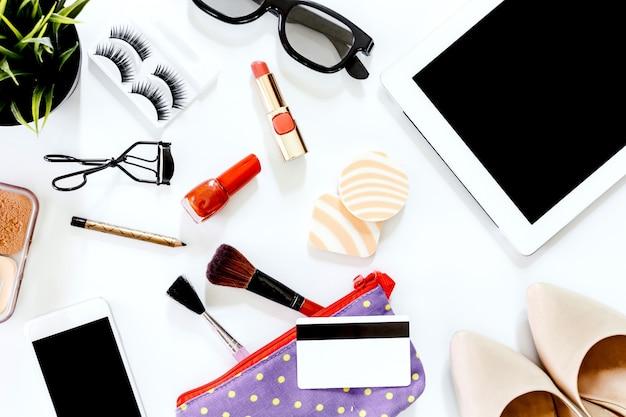 Женские аксессуары и обувь с косметическим набором
