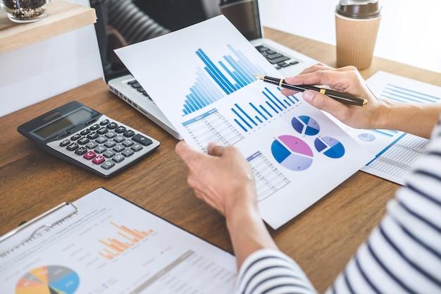 여성 회계사 계산, 감사 및 계산기 및 노트북으로 재무 그래프 데이터 분석