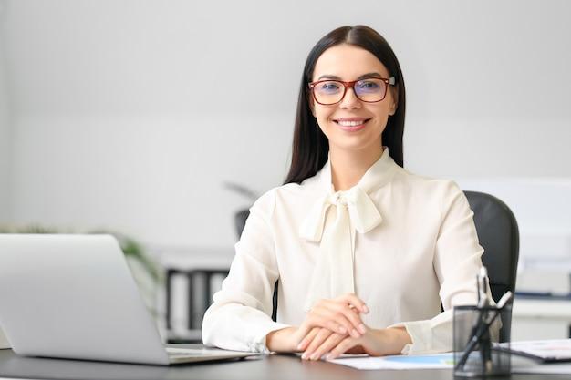 Женский бухгалтер, работающий в офисе