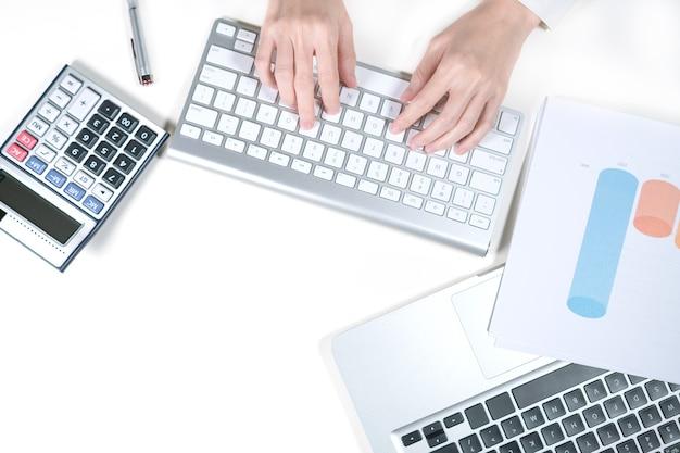 オフィスでコンピューターに取り組んでいる女性会計士
