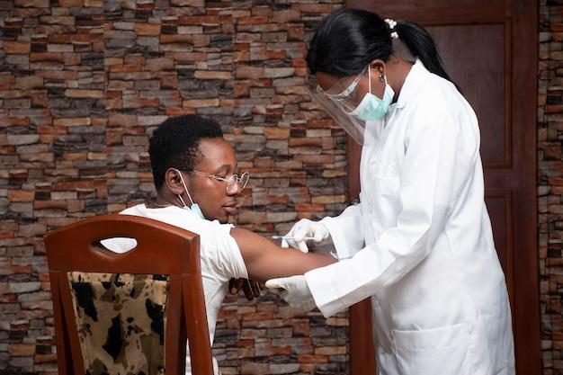 患者に注射するアフリカの女性医師