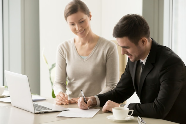 Женские и мужские бизнес-лидеры подписывают контракт
