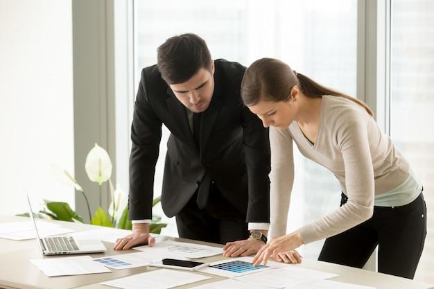 配色を議論する女性と男性のデザイナー