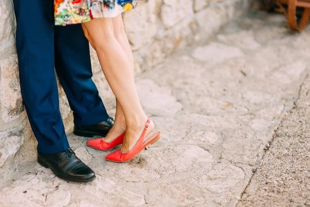 歩道上の女性と男性の足