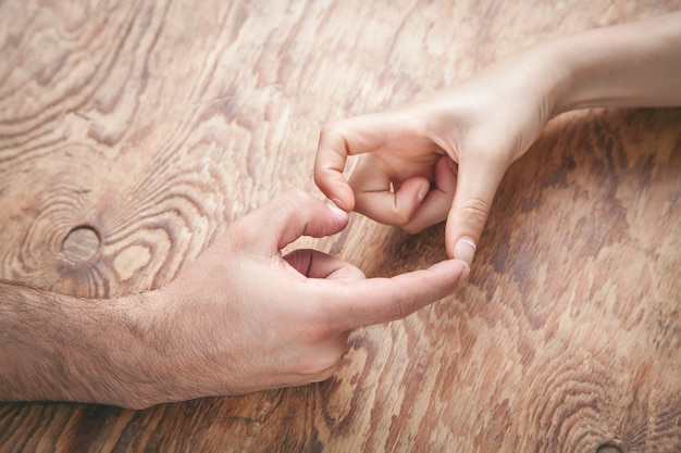 여성 및 남성의 손을 하트 모양 만들기