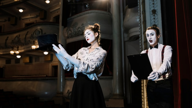 Репетиция исполнителей женского и мужского мим на сцене в зале