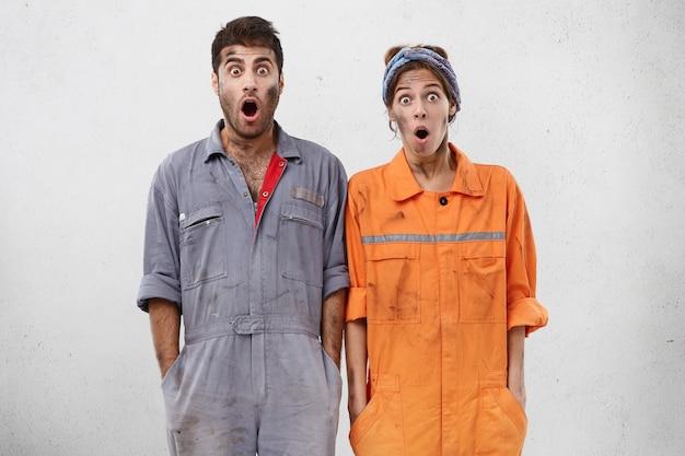 Рабочие женщины и мужчины в рабочей одежде