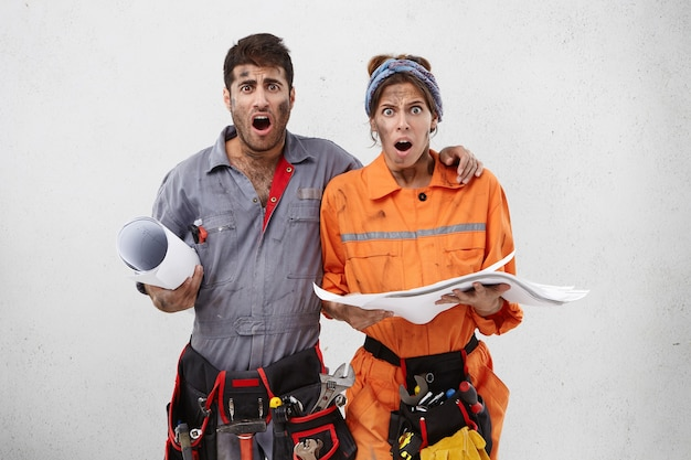 作業服を着た女性と男性の労働者