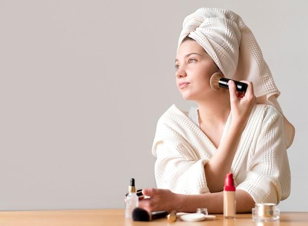 コピースペースで赤面を適用する女性