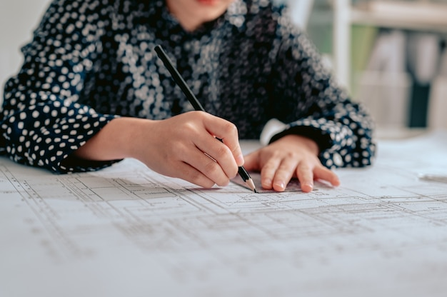 Женский архитектор инженер-подрядчик дизайн рабочий рисунок эскиз план план