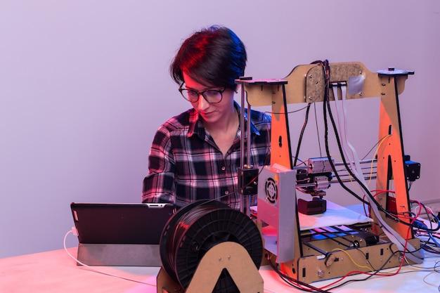 オフィスでプリンターを使う女性建築家。