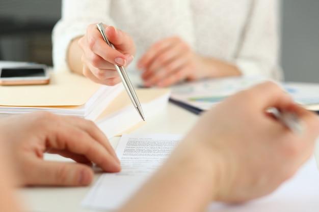 Форма договора предложения женской руки на блокноте буфера обмена