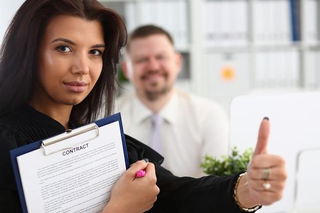 Женская рука показывает нормально или подтверждается во время конференции