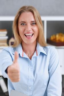 Женская рука показывает нормально или одобрение с большим пальцем вверх