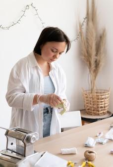 Artigiana che lavora nell'atelier con l'argilla