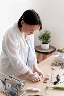 Мастерица, работающая в ателье с глиной