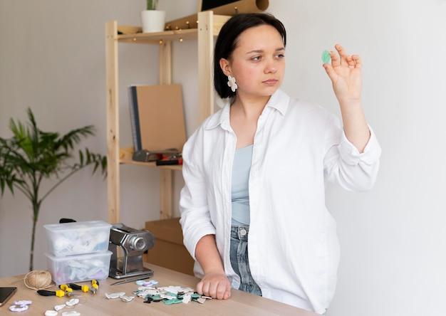 Artigiana che lavora con l'argilla in atelier