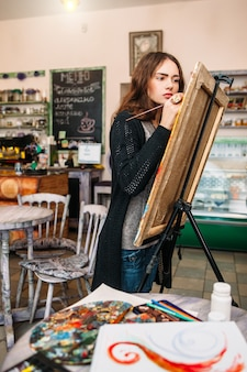 アートスタジオで絵を描く女性アーティスト